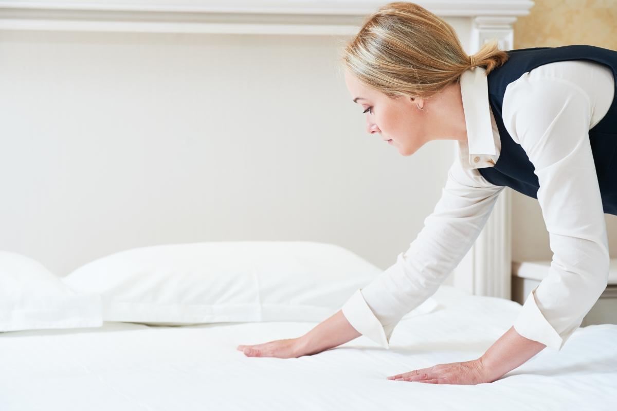 Горничная приготовление постели