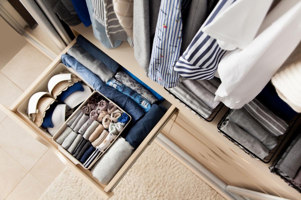 гардеробщица вещи в гардеробе